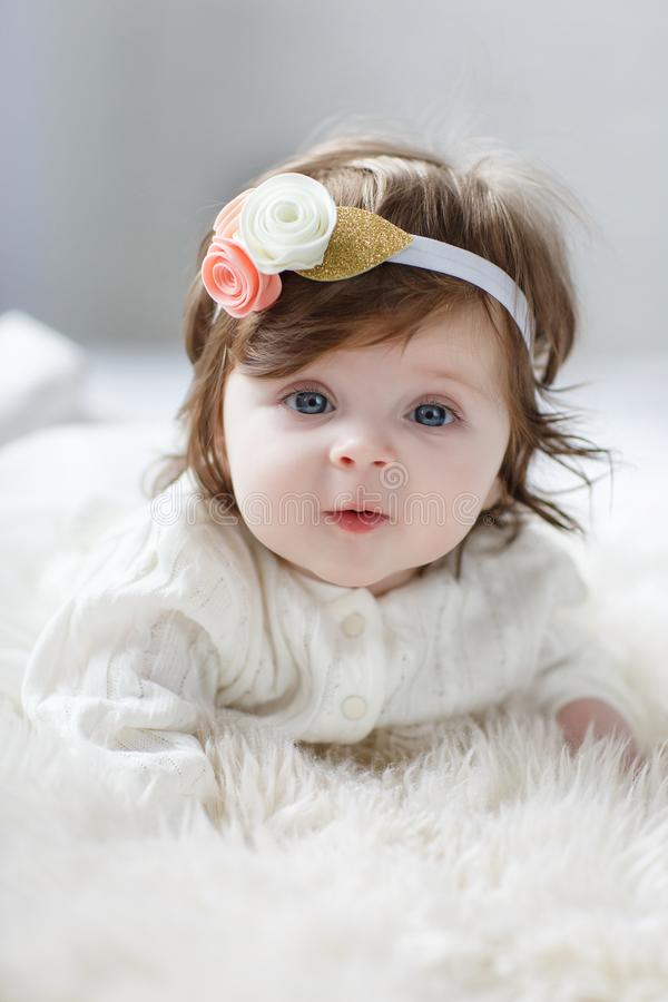 Miradas de 6 meses observadas azul brillante del bebé del beauity de cerca en la cámara fotografía de archivo