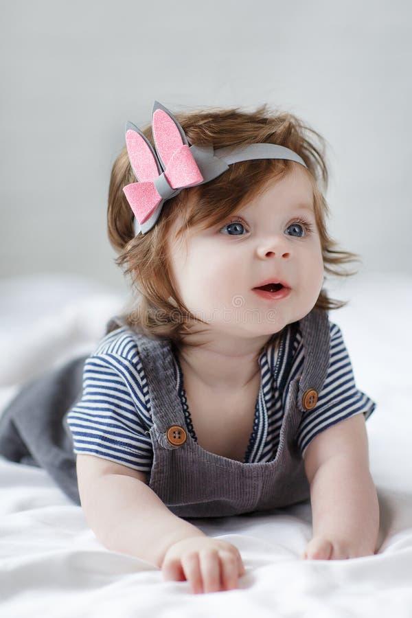 Miradas de 6 meses observadas azul brillante del bebé del beauity de cerca en la cámara fotos de archivo libres de regalías