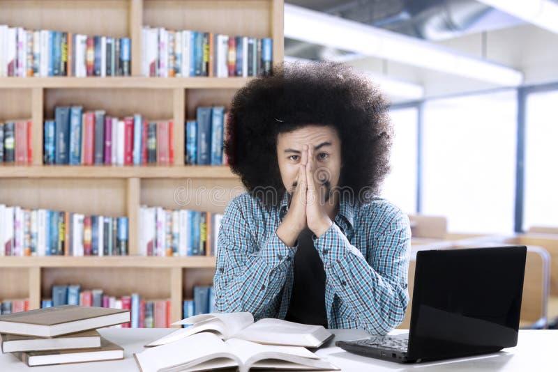 Miradas del estudiante del Afro cansadas en la sala de clase imagenes de archivo