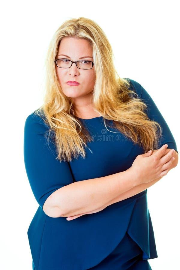 Miradas fijas listas de la mujer de negocios intenso en la cámara imagen de archivo