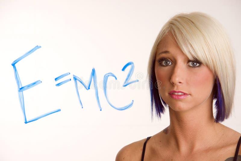 Miradas rubias de la mujer E=Mc2 desconcertantes en la ecuación de la álgebra fotos de archivo libres de regalías