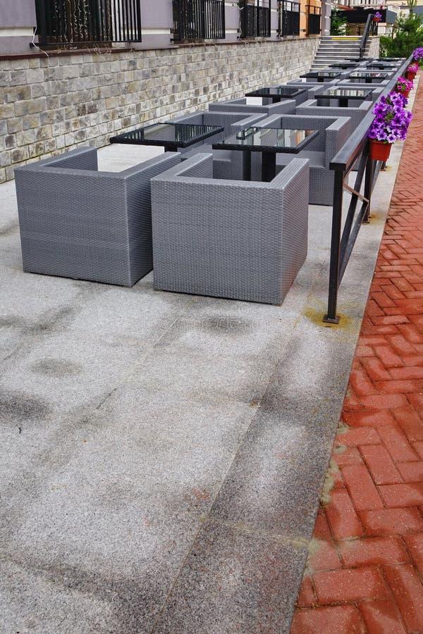 Mirador Al Aire Libre Del Verano Del Restaurante Con Muebles Y Glas ...