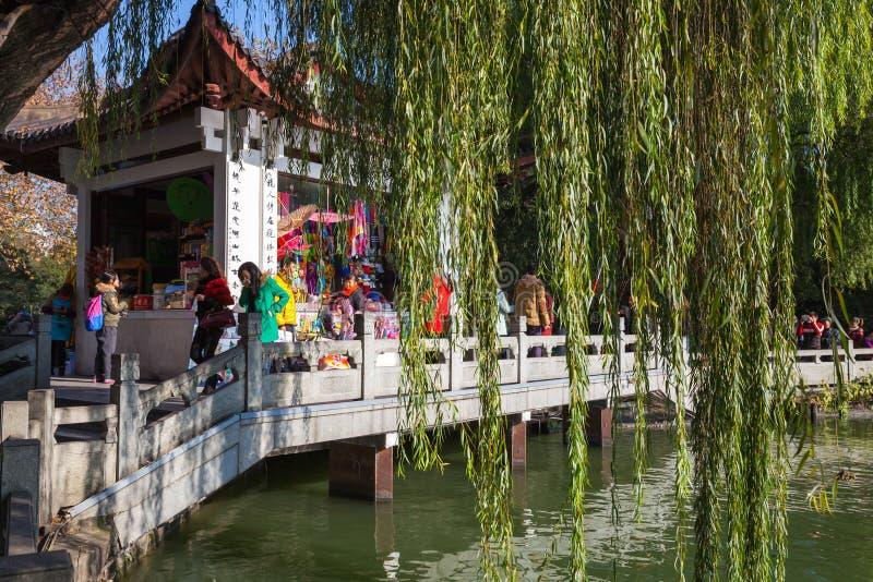 Miradouro chinês de madeira como uma loja de lembrança fotos de stock