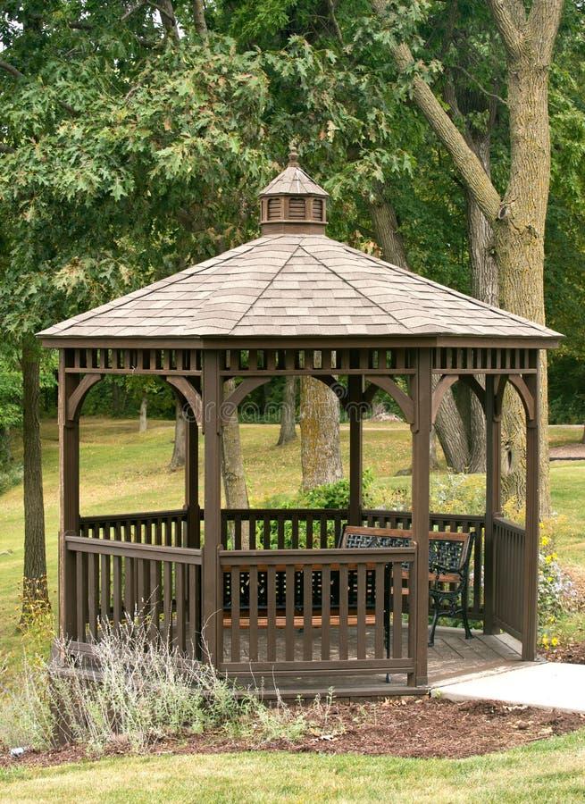 Miradouro de madeira no parque imagem de stock royalty free