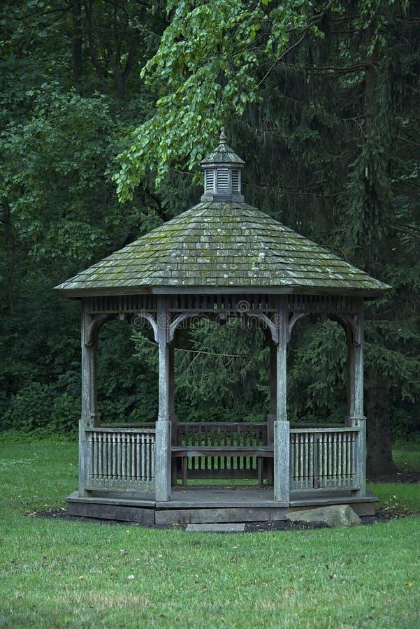 Miradouro de madeira velho com telhado musgoso imagens de stock royalty free