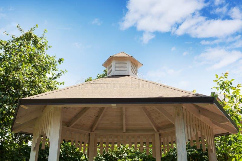 Miradouro do jardim ou detalhe branco projetado bonito u do telhado do pavilhão imagens de stock
