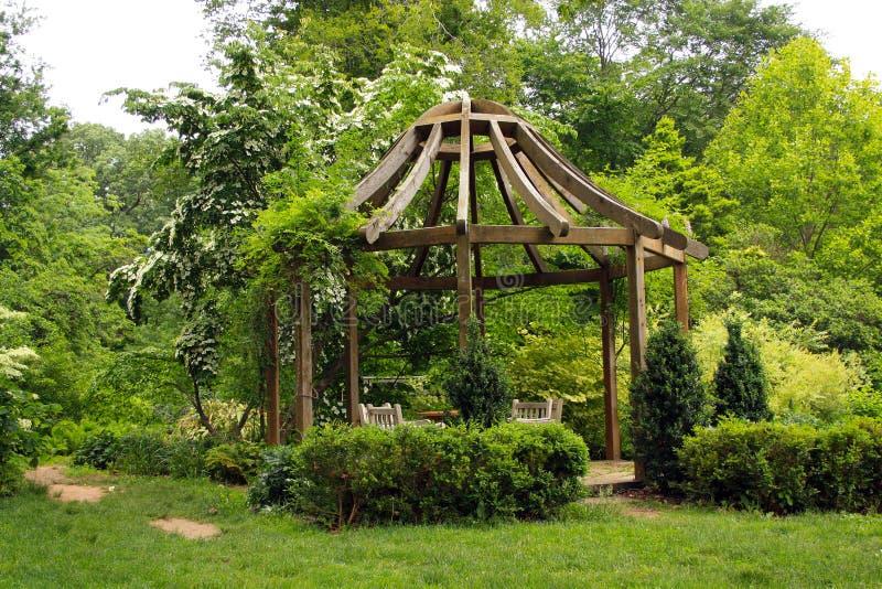 Miradouro no jardim verde fotografia de stock royalty free