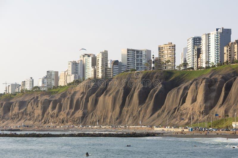 Miraflores con los edificios residenciales y la gente en la playa, L imagen de archivo libre de regalías