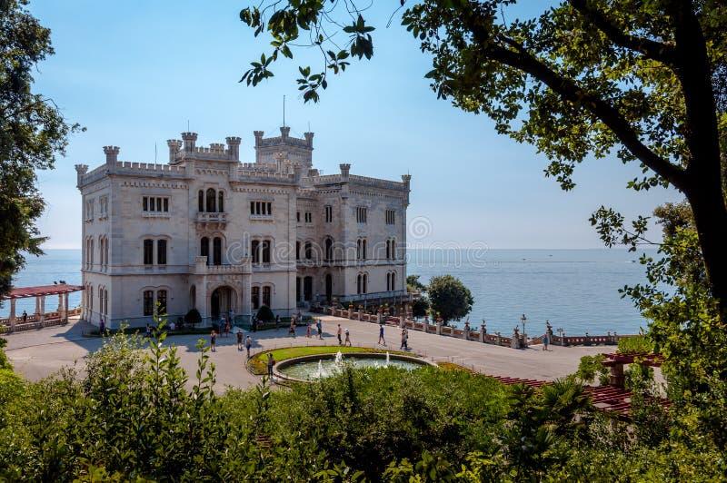 Miramare城堡和庭院有植被框架的 图库摄影