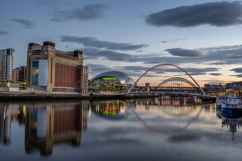 Mirando abajo de Tyne River al Báltico, al sabio y al puente del milenio imagen de archivo libre de regalías