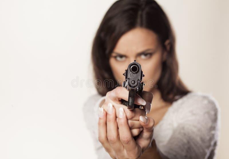 Mirando con la pistola fotografia stock