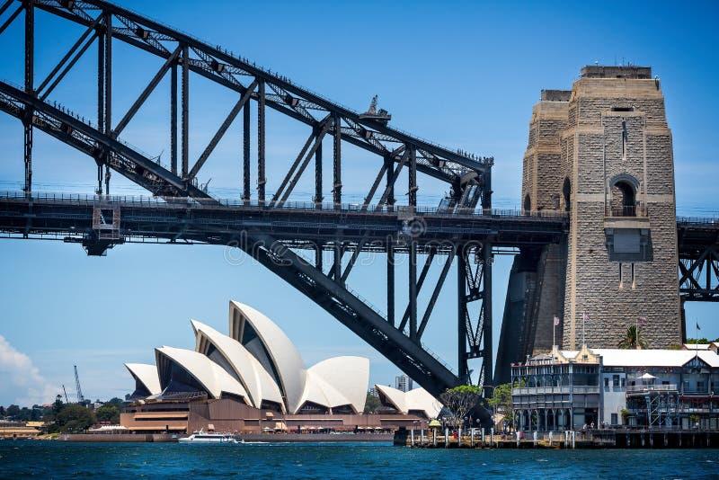 Mirando debajo de Sydney Harbour Bridge a Sydney Opera House en Sydney, NSW, Australia foto de archivo libre de regalías
