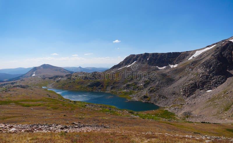 Mirando hacia abajo en un lago de gran altitud imágenes de archivo libres de regalías