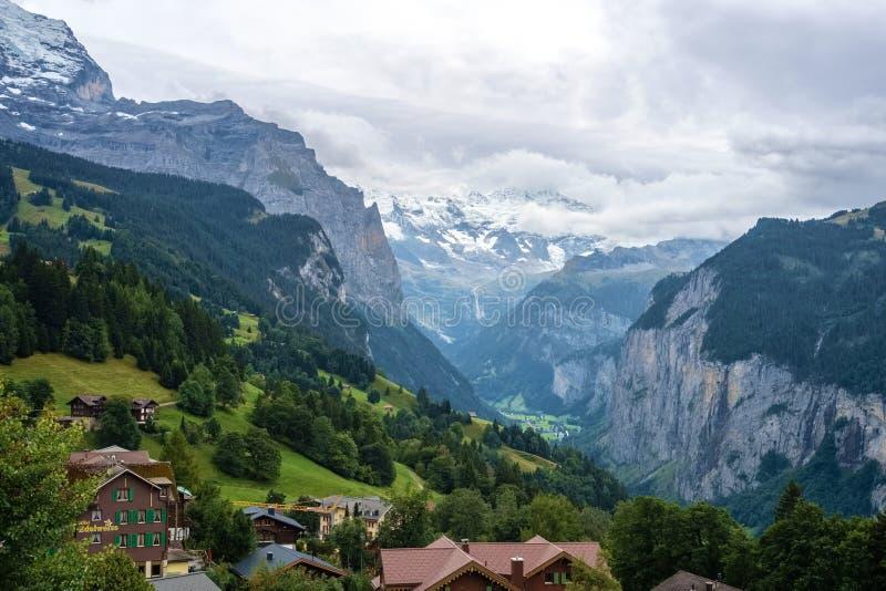 Mirando hacia el valle de Lauterbrunnen de Wengen Berner Oberland, Suiza fotos de archivo libres de regalías