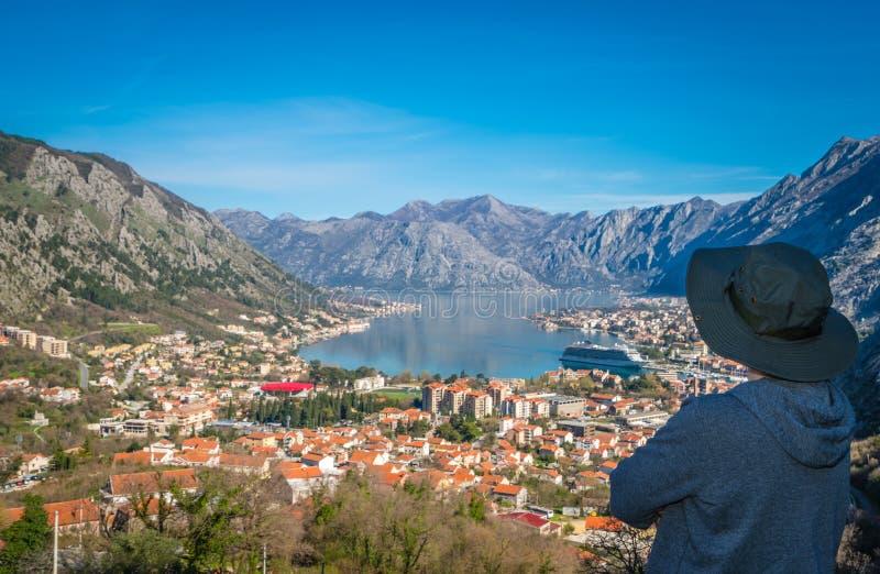 Mirando la bahía de Kotor desde arriba imagenes de archivo