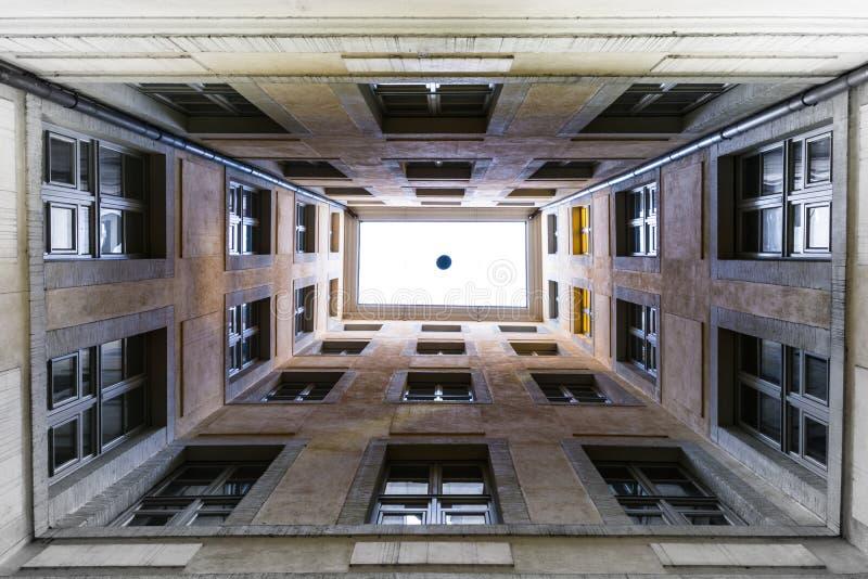 Mirando para arriba la ilusión de la perspectiva de Windows del tragaluz ningún cielo Wh del piso fotografía de archivo