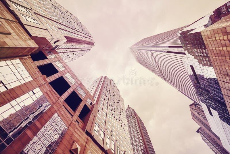 Mirando para arriba los rascacielos en nubes, Chongqing, China fotos de archivo