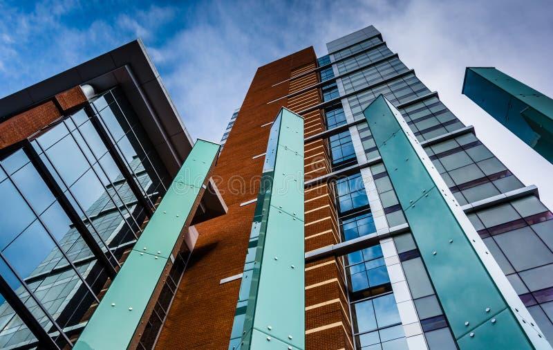 Mirando para arriba un edificio moderno el hospital de la misericordia en Baltimore, foto de archivo libre de regalías
