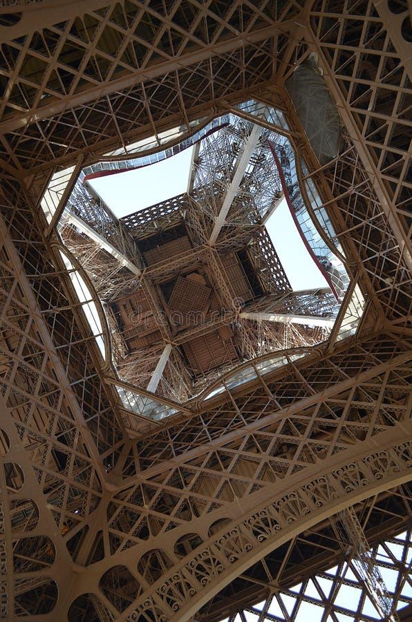 Mirando a través de torre Eiffel, París, Francia imagen de archivo
