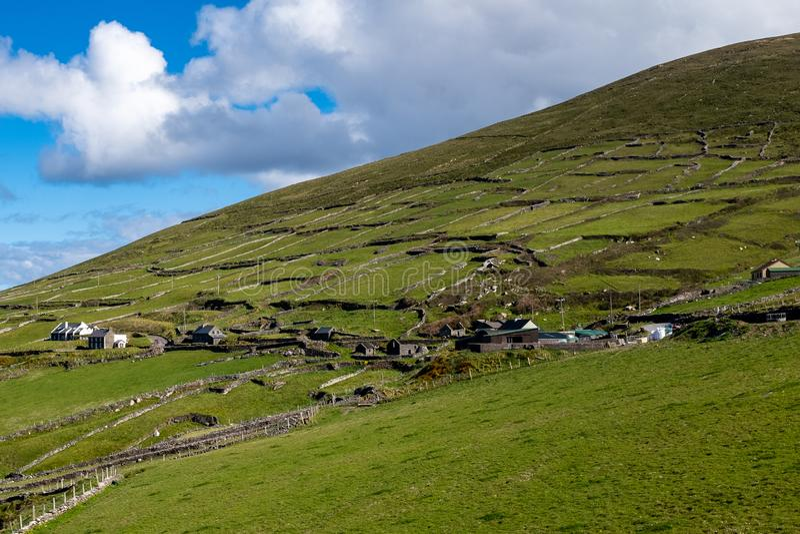 Mirando a través del valle a los pequeños acuerdos del punto de vista de la cabeza de Slea en la península de la cañada, Irlanda, fotos de archivo libres de regalías