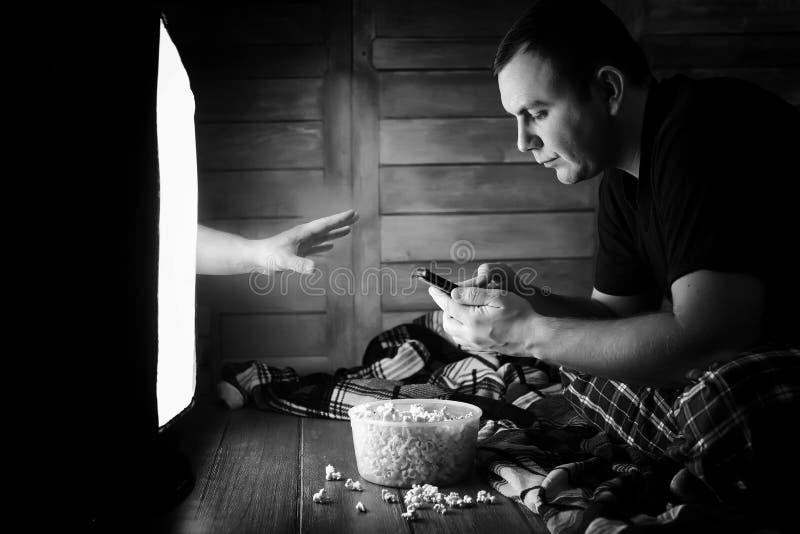 Mirando un horror en la TV blanco y negro fotografía de archivo libre de regalías