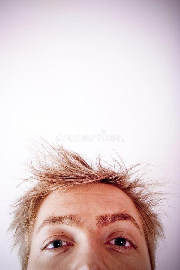 Mirar a escondidas la cara del hombre fotografía de archivo