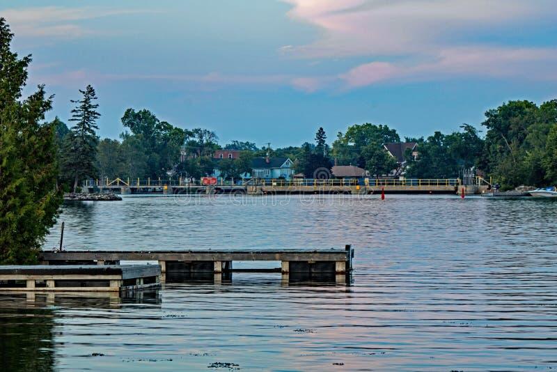 Mirar para arriba el lago sturgeon Bobcaygeon, Ontario foto de archivo