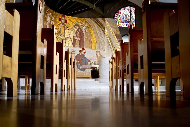 Mire de la parte posterior de la iglesia imagenes de archivo