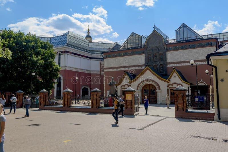 Mire en central una entrada de la galería de Tretyakovsky en Moscú foto de archivo