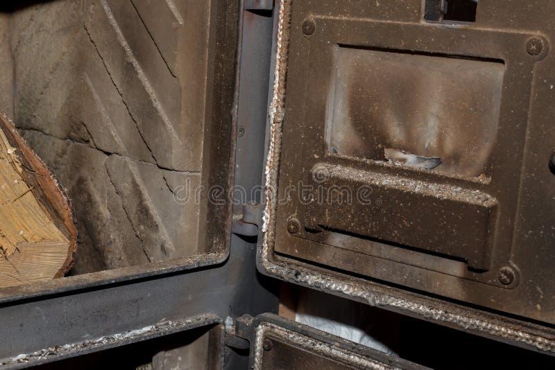 Mire en la estufa sucia, lista para quemar fotografía de archivo