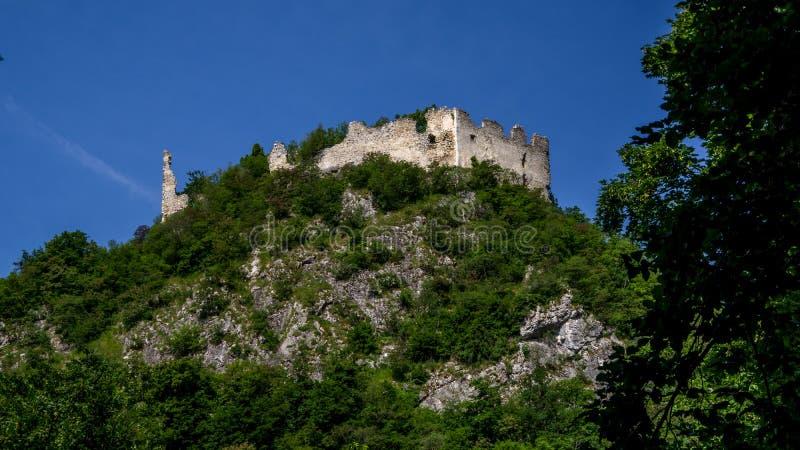 Mire en las ruinas de piedra blancas de la vieja situación del graduado de Belec del castillo fotografía de archivo