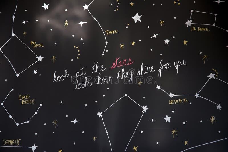 Mire la constelación de las estrellas cómo brillan para usted fotos de archivo