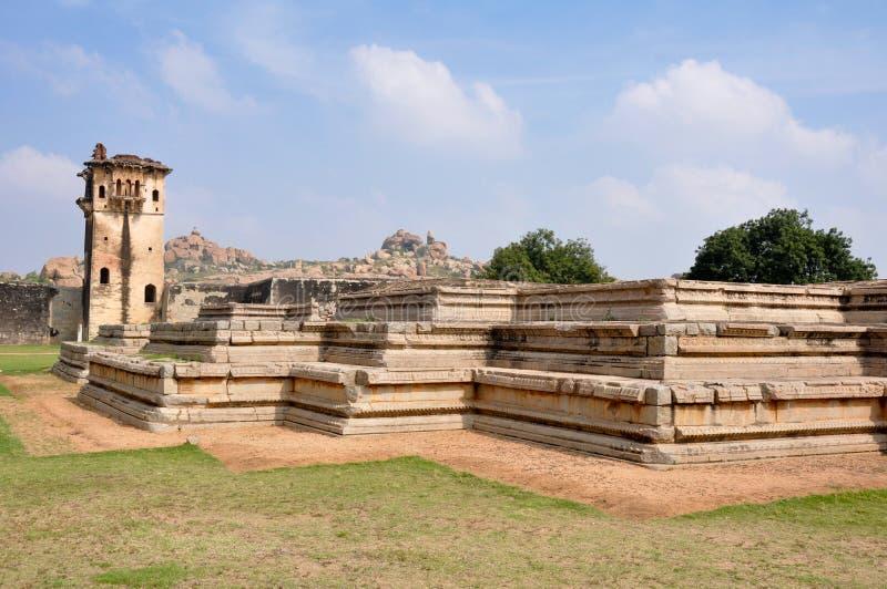 Mire la torre de la fortaleza real en Hampi, la India imagen de archivo libre de regalías