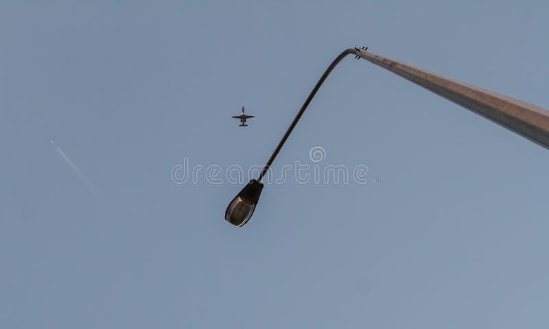 mire para arriba Cambie la vida Millares de mosca de la gente a diversas direcciones del mundo y a los países diferentes Intente  fotografía de archivo libre de regalías