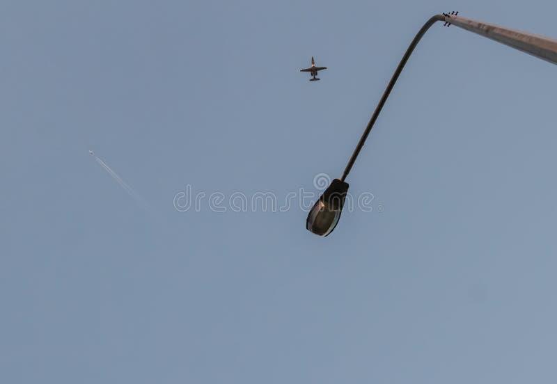 mire para arriba Cambie la vida Millares de mosca de la gente a diversas direcciones del mundo y a los pa?ses diferentes Intente  fotos de archivo