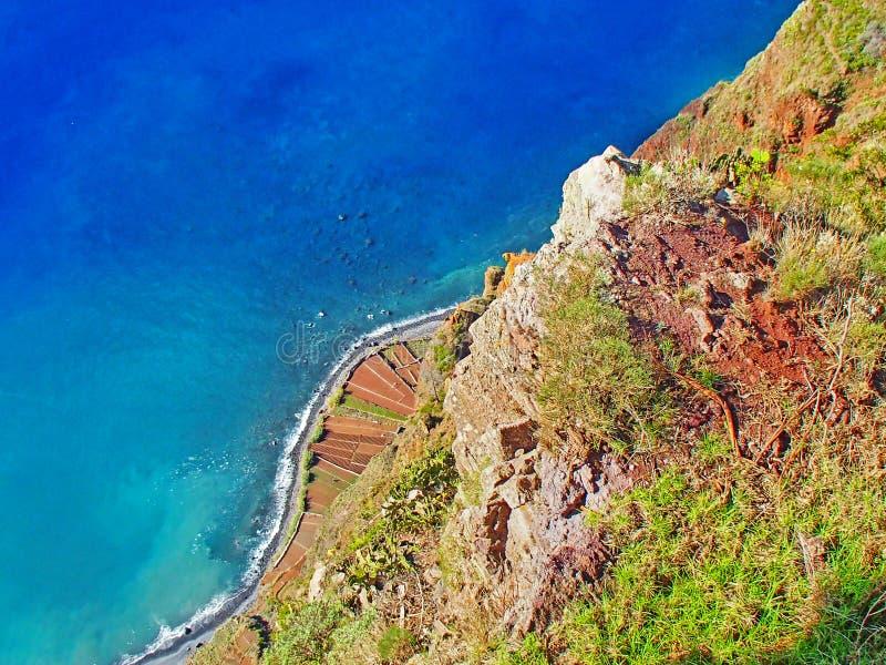 Mire profundizado las paredes altas y escarpadas de la roca de la isla enojada imagen de archivo