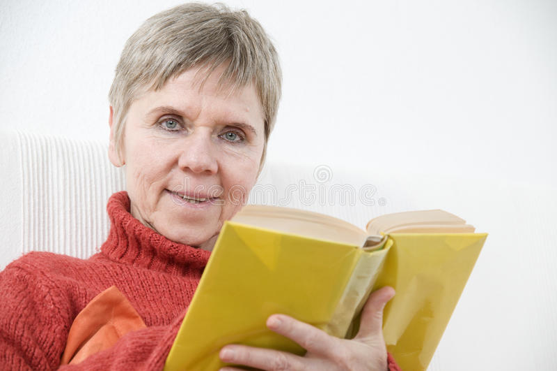 Mire sobre el libro amarillo imagen de archivo libre de regalías