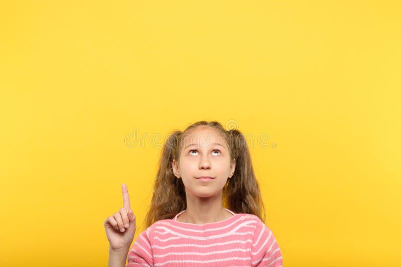 Mire sobre objeto virtual del dedo índice del punto de la muchacha fotos de archivo
