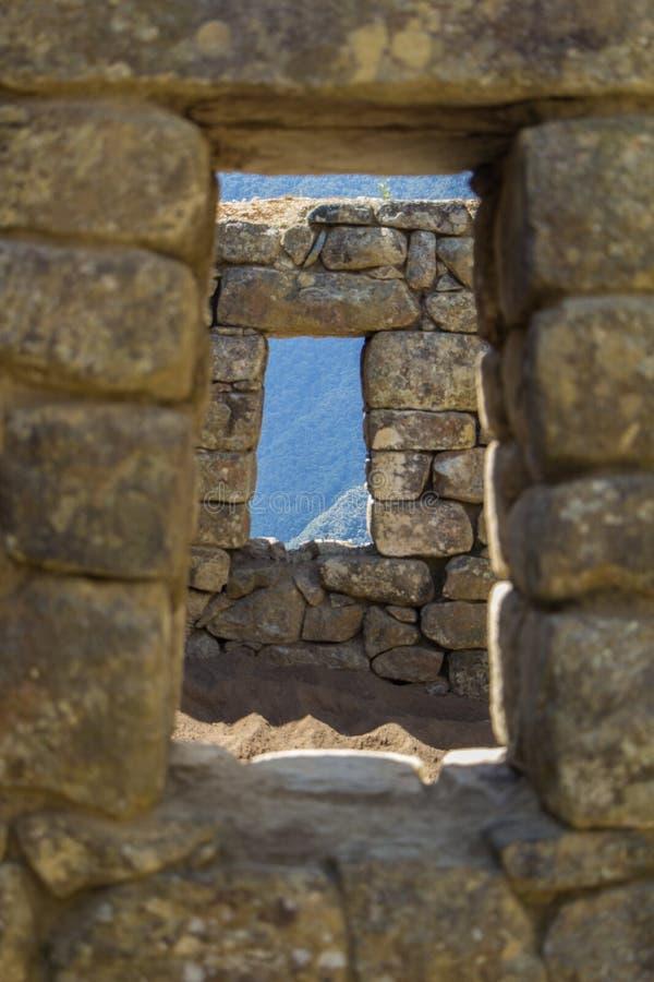 Mire a través de las ventanas de piedra fotos de archivo