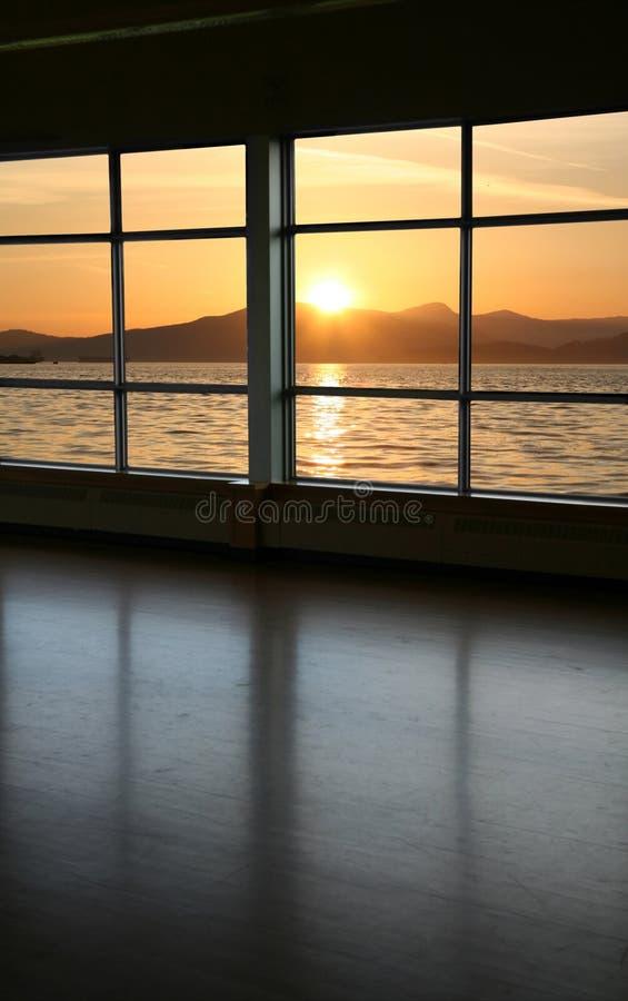 Mire a través de una ventana fotografía de archivo libre de regalías