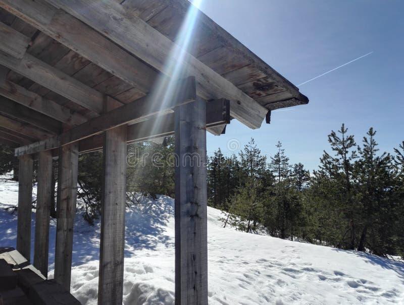 Mire a una porción del tejado y del cielo con los rayos del sol imagen de archivo