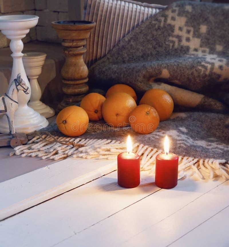 mirez la couleur blanche en gros plan de plaid de flamme de chandelier de jouet de célébration orange de décoration photos stock