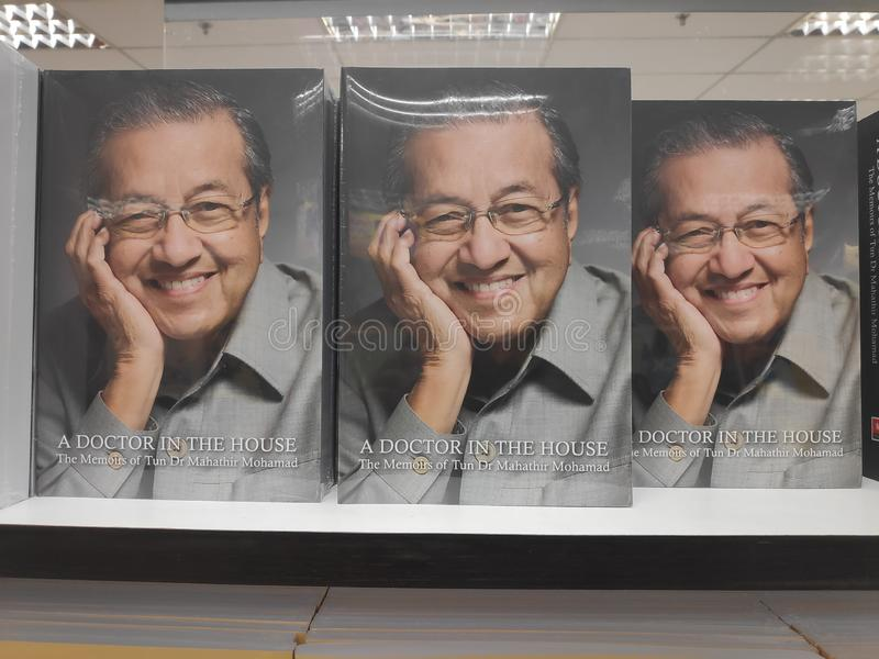 MIRI, МАЛАЙЗИЯ - ОКОЛО МАРТ 2019: Книги Mahathir Mohamad бочки на bookstore стоковое фото