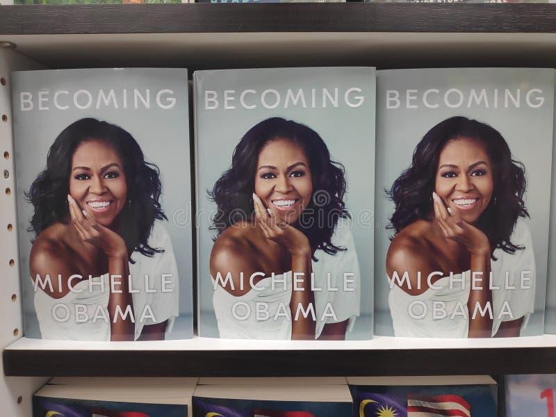 MIRI, МАЛАЙЗИЯ - ОКОЛО МАРТ 2019: Становить книга написанная Мишель Обама на bookstore стоковые фотографии rf