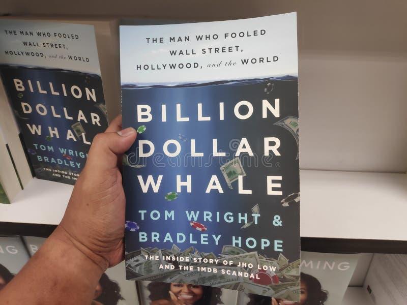 MIRI, MALÁSIA - CERCA DO MARÇO DE 2019: Bilhão livros da baleia do dólar por Tom Wright e por Bradley Hope na livraria fotos de stock