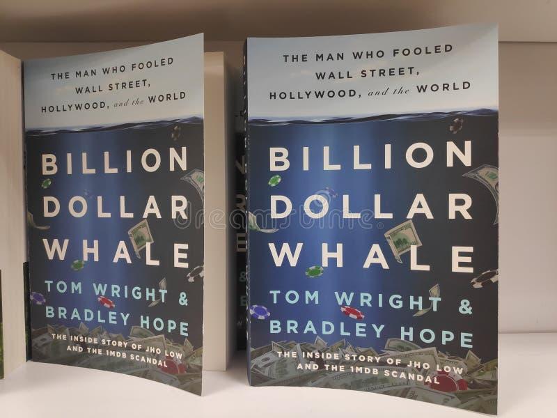 MIRI, MALÁSIA - CERCA DO MARÇO DE 2019: Bilhão livros da baleia do dólar por Tom Wright e por Bradley Hope na livraria fotografia de stock royalty free