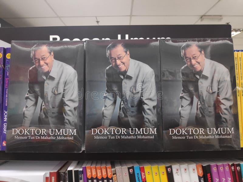 MIRI, MALÁSIA - CERCA DO MARÇO DE 2019: Livros de Tun Mahathir Mohamad na livraria fotografia de stock