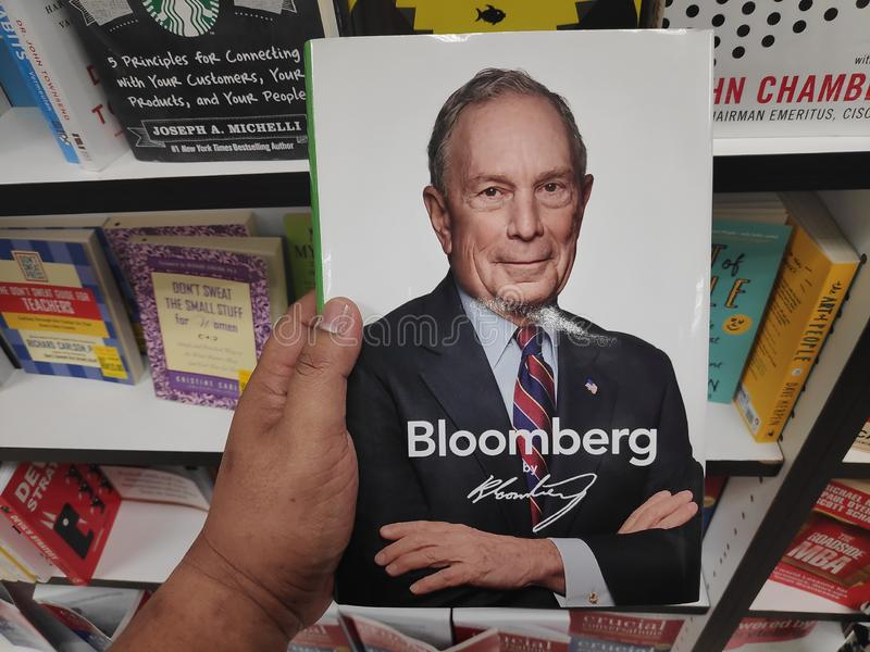 MIRI, MALAYSIA - CIRCA IM MÄRZ 2019: Bloomberg durch Bloomberg-Buch an der Buchhandlung stockfotografie