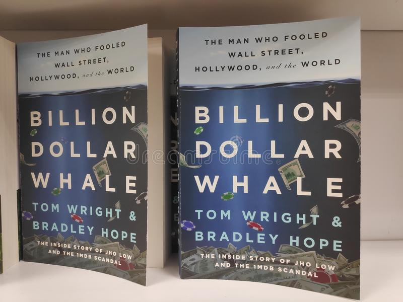 MIRI, MALAYSIA - CIRCA IM MÄRZ 2019: Milliarde Dollar-Walbuch durch Tom Wright und Bradley Hope an der Buchhandlung lizenzfreie stockfotografie
