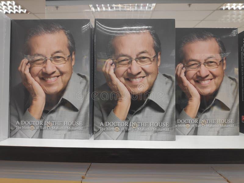MIRI, MALEZJA - OKOŁO MARZEC, 2019: Tun Mahathir Mohamad książki przy bookstore zdjęcie stock